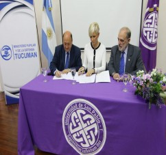 El Ministro Pupilar y de la Defensa, doctor Washington Navarro firma el convenio con la fundadora de la Universidad San Pablo T, doctora Catalina Lonac y el rector de la USPT, doctor Horacio Deza.
